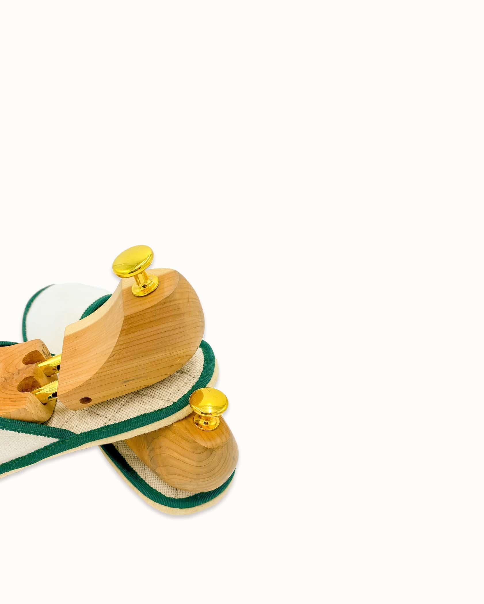 Chausson français pour homme, femme et enfant fabriqué en France. Modèle Rayon Vert (beige et vert), une pantoufle comme à l'hôtel vêtue d'un rembourrage matelassé et d'une finition sophistiquée.