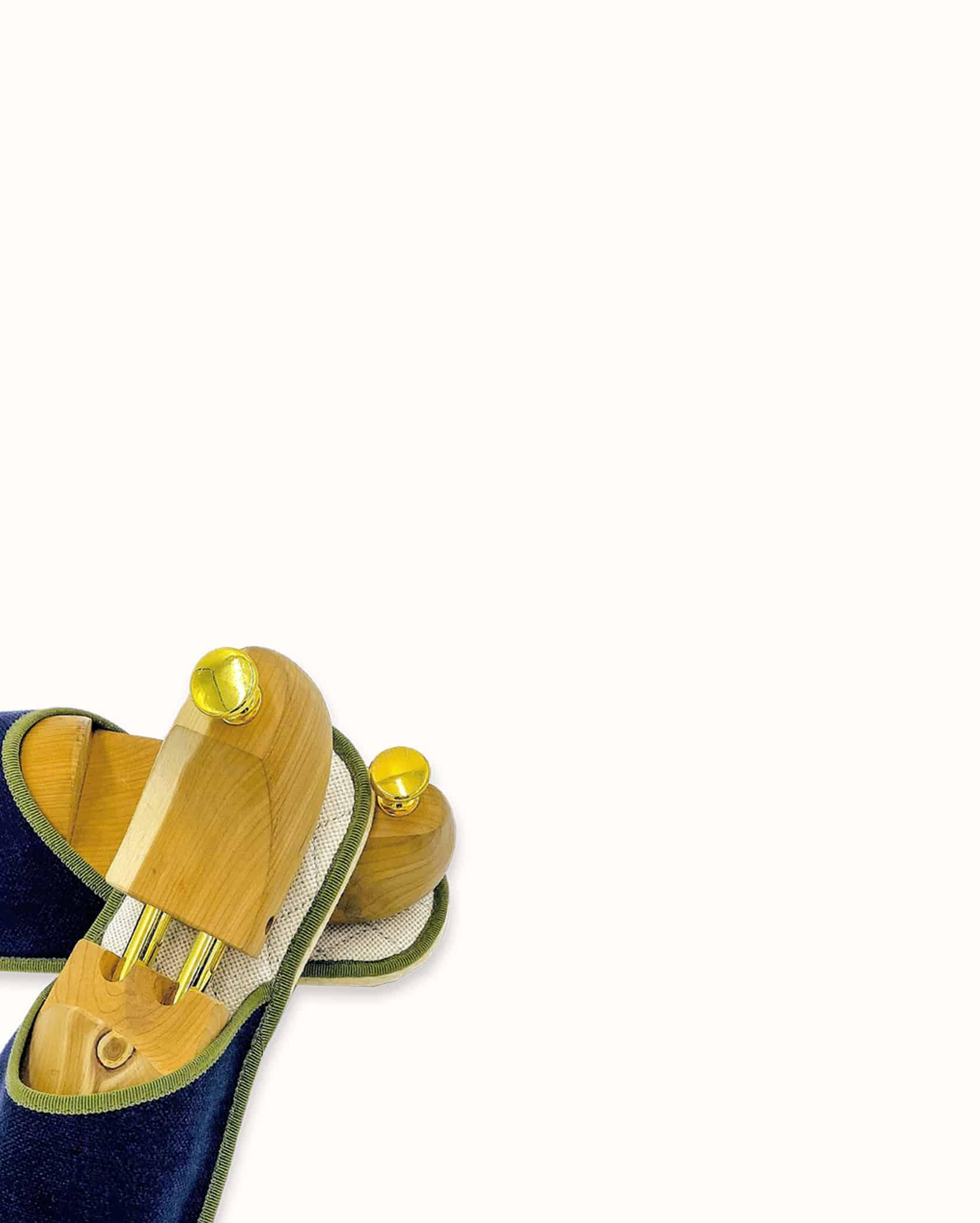 Chausson français pour homme, femme et enfant fabriqué en France. Modèle Minuit Boulevard (marine et vert), une pantoufle comme à l'hôtel vêtue d'un rembourrage matelassé et d'une finition sophistiquée.