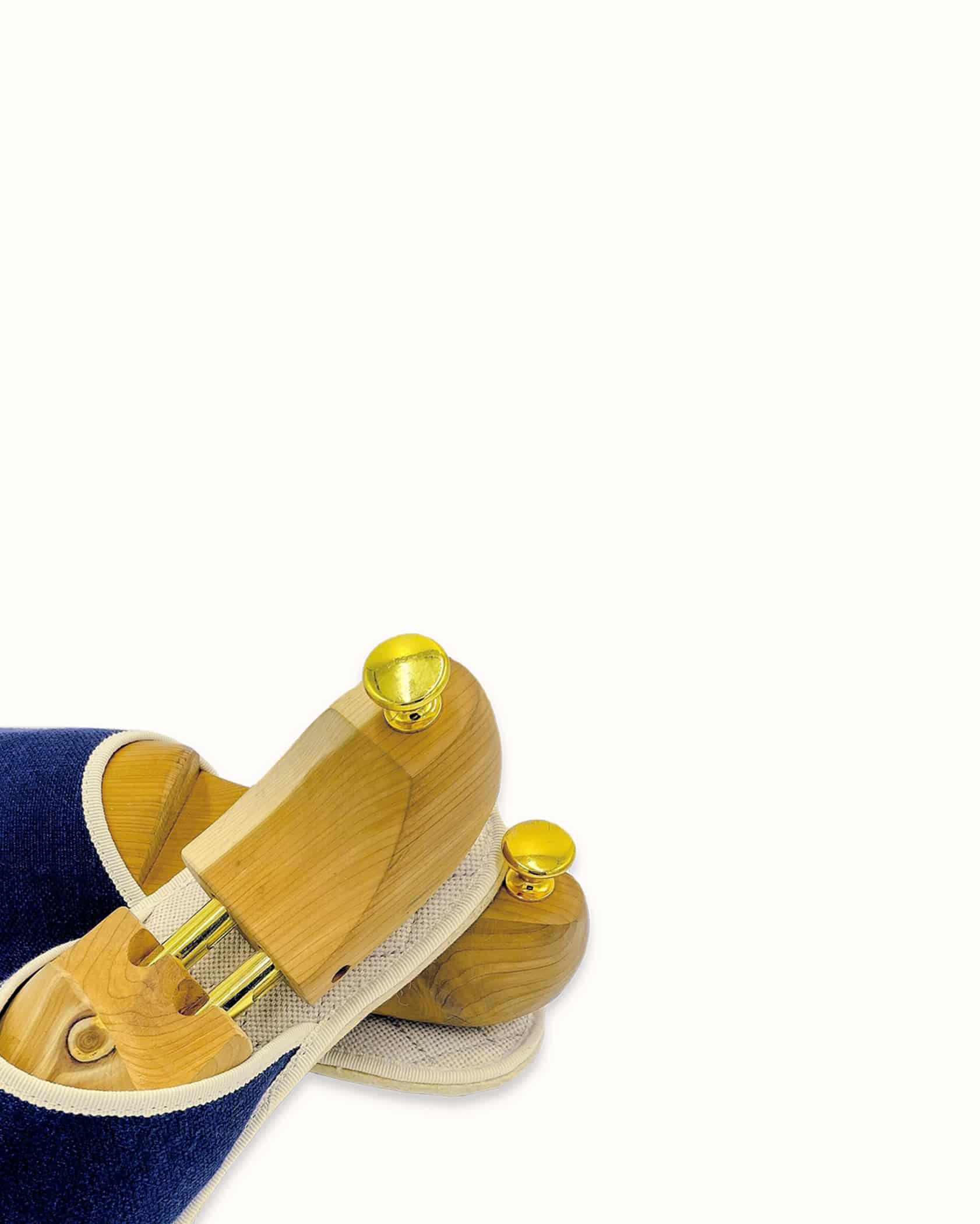 Chausson français pour homme, femme et enfant fabriqué en France. Modèle Nuit d'Ivresse (marine et beige), une pantoufle comme à l'hôtel vêtue d'un rembourrage matelassé et d'une finition sophistiquée.