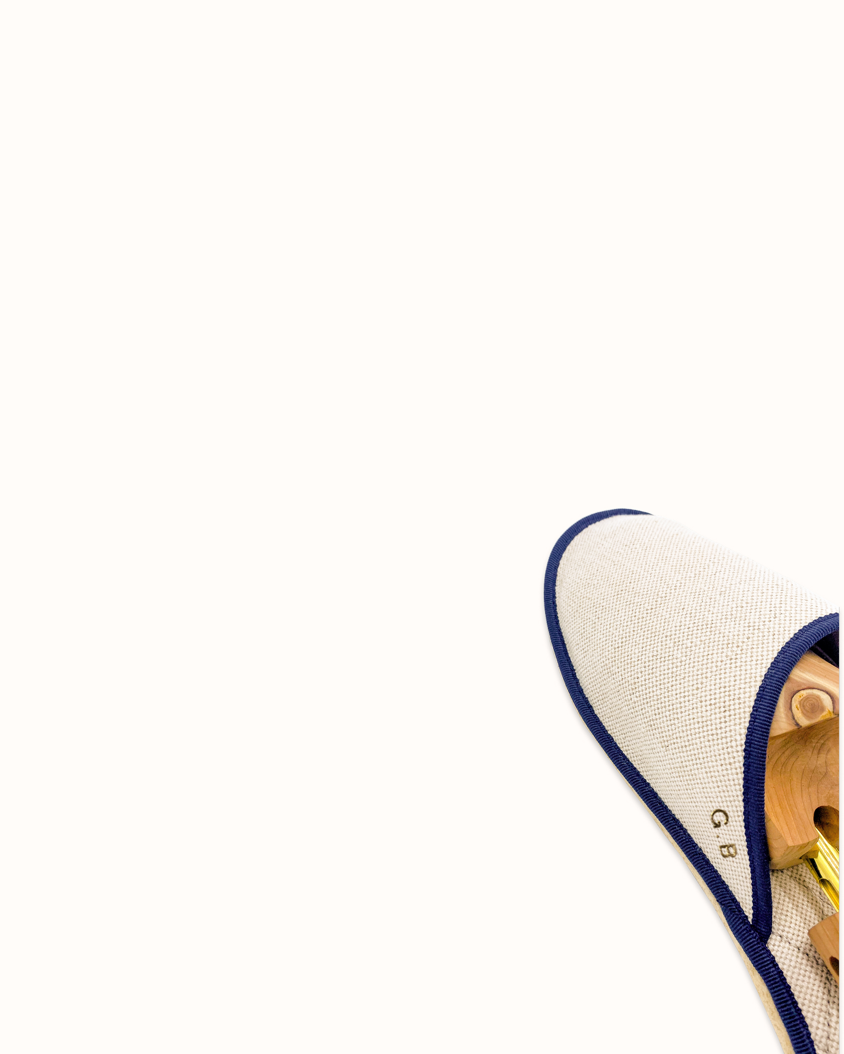 Chausson français pour homme, femme et enfant fabriqué en France. Modèle Slow d'Enfer (beige et bleu), une pantoufle comme à l'hôtel vêtue d'un rembourrage matelassé et d'une finition sophistiquée.