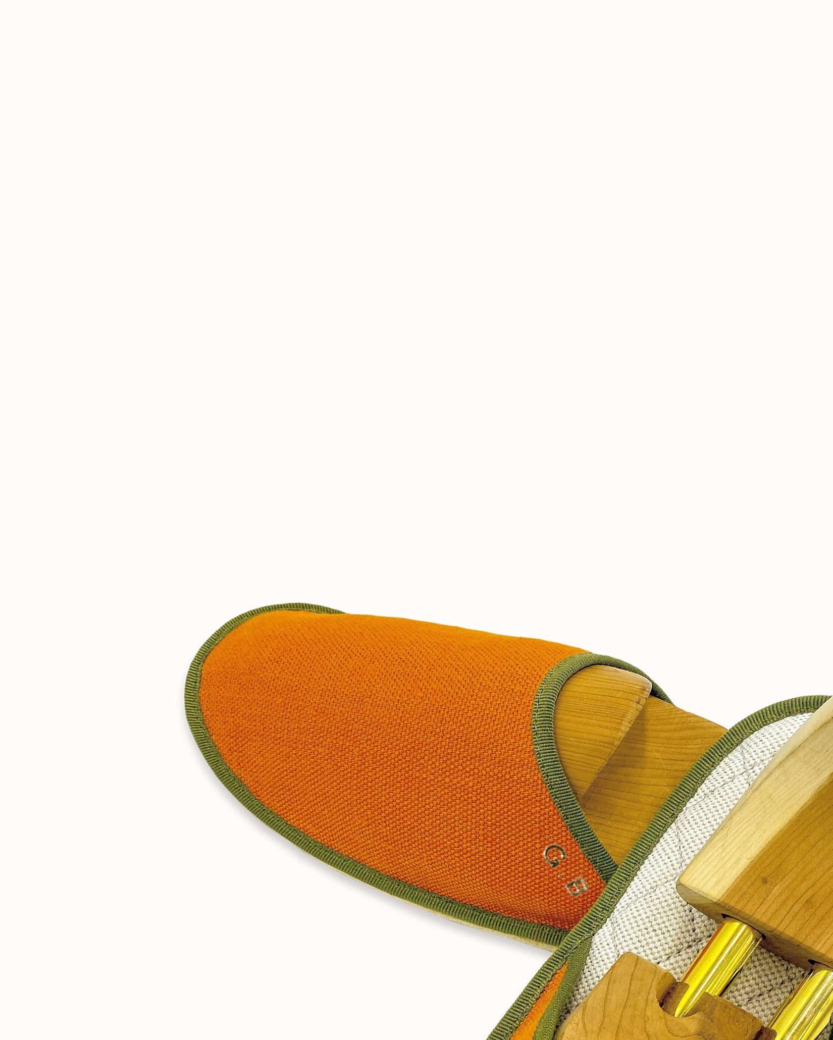 Chausson français pour homme, femme et enfant fabriqué en France. Modèle Couvre-feu (orange et vert), une pantoufle comme à l'hôtel vêtue d'un rembourrage matelassé et d'une finition sophistiquée.