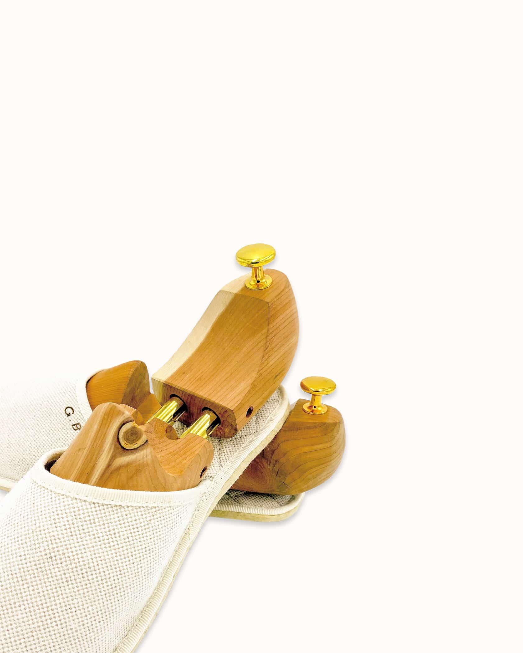 Chausson français pour homme, femme et enfant fabriqué en France. Modèle Hyperboréen (beige et blanc), une pantoufle comme à l'hôtel vêtue d'un rembourrage matelassé et d'une finition sophistiquée.