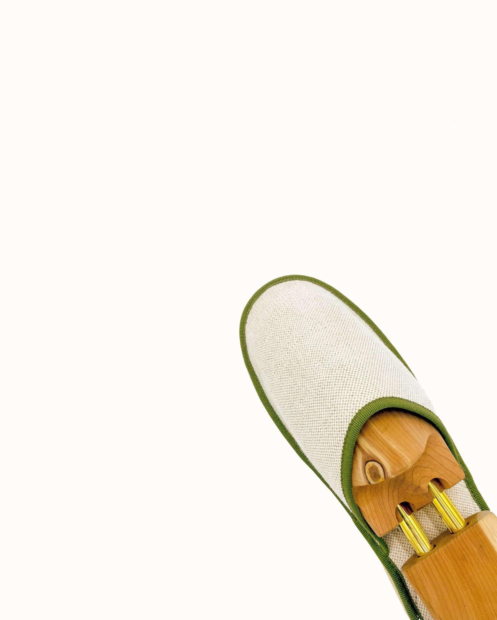 Chausson français pour homme, femme et enfant fabriqué en France. Modèle Psychanalyse (beige et vert), une pantoufle comme à l'hôtel vêtue d'un rembourrage matelassé et d'une finition sophistiquée.