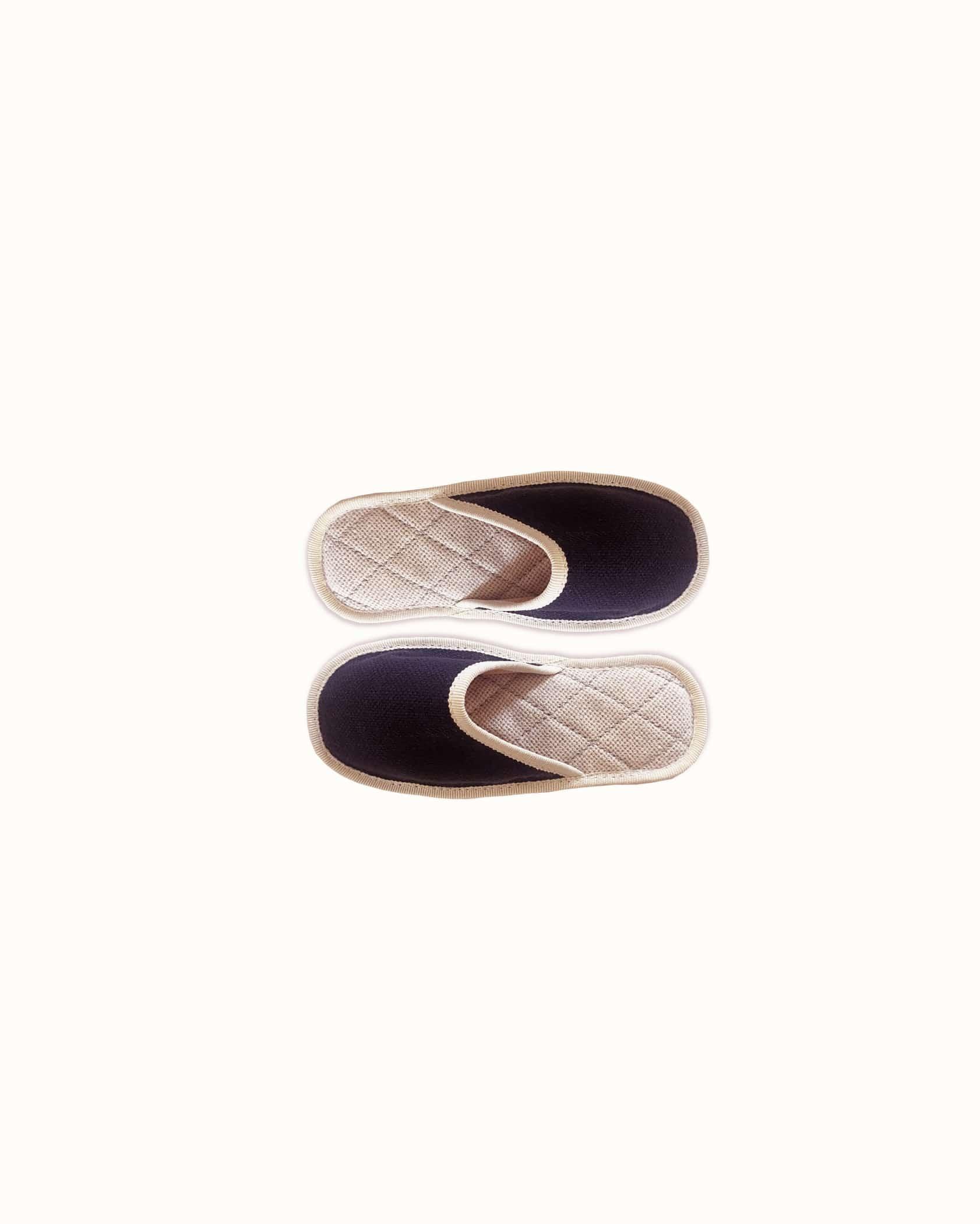 Chausson français pour enfant fabriqué en France. Modèle Petit Minuit (marine et blanc), une pantoufle comme à l'hôtel vêtue d'un rembourrage matelassé et d'une finition sophistiquée.