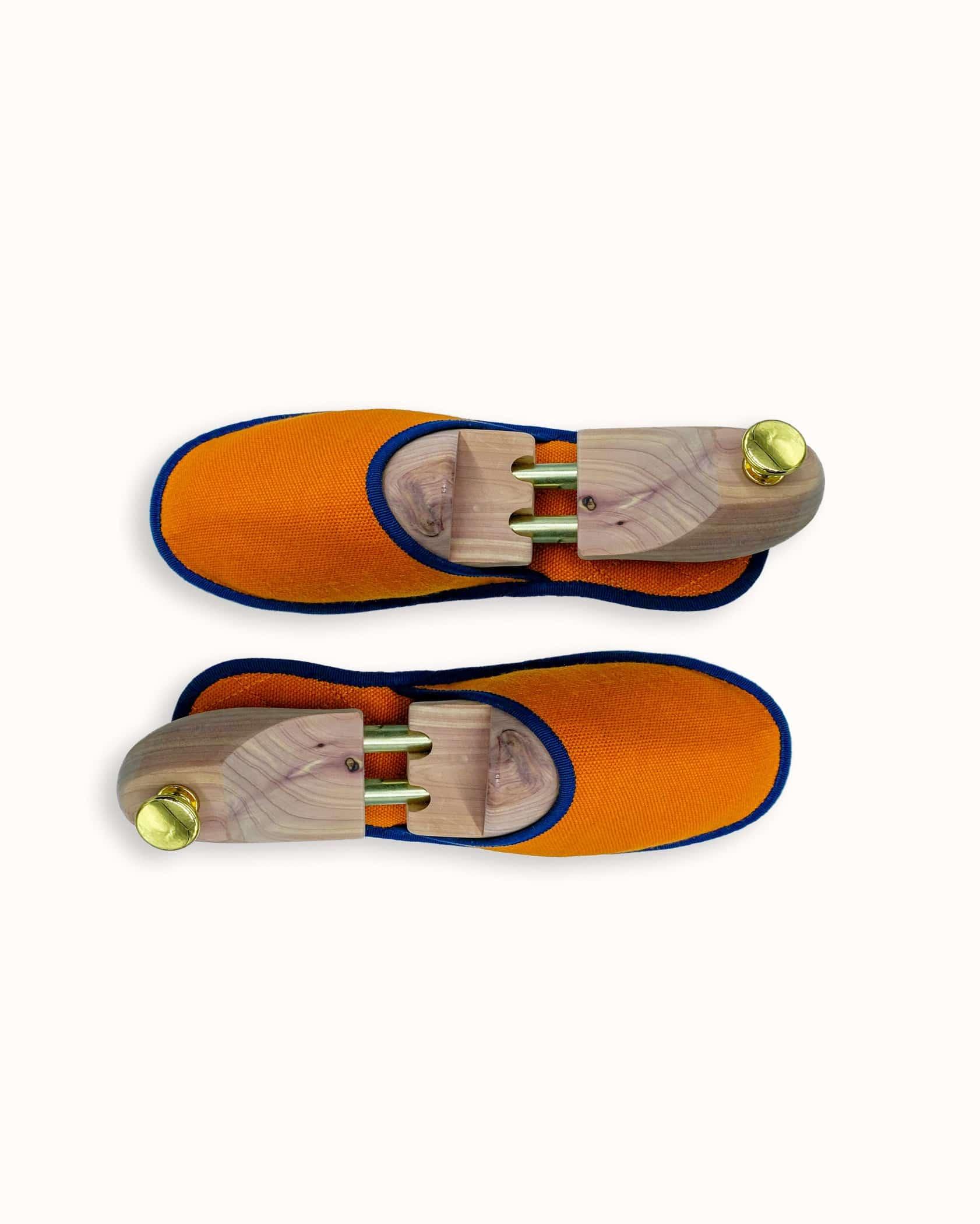 Chausson français pour homme, femme et enfant fabriqué en France. Modèle Feu (orange et bleu), une pantoufle comme à l'hôtel vêtue d'un rembourrage matelassé et d'une finition sophistiquée.