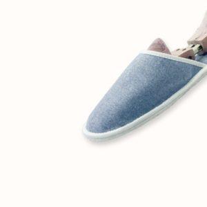 Chausson français pour homme, femme et enfant fabriqué en France. Modèle Comme un Ouragan (bleu et blanc), une pantoufle comme à l'hôtel vêtue d'un rembourrage matelassé et d'une finition sophistiquée.