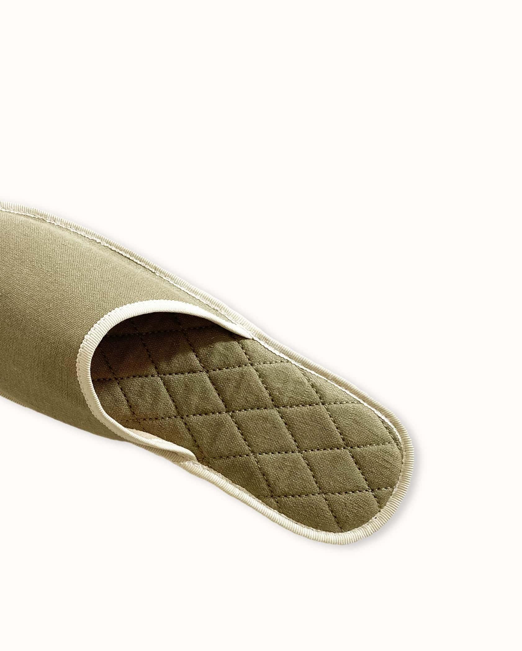 Chausson français pour homme, femme et enfant fabriqué en France. Modèle Insomnie (vert et beige), une pantoufle comme à l'hôtel vêtue d'un rembourrage matelassé et d'une finition sophistiquée.