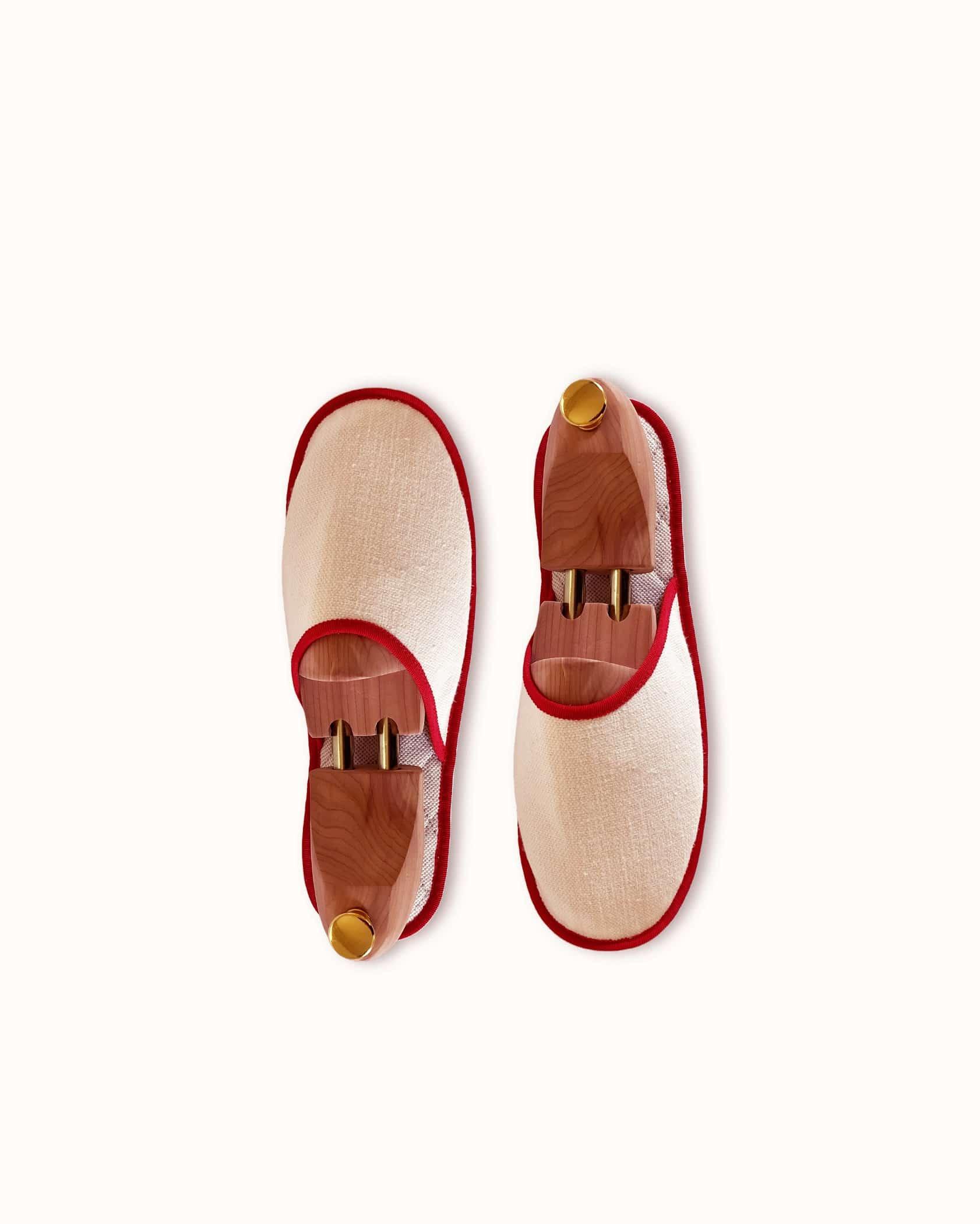 Chausson français pour homme, femme et enfant fabriqué en France. Modèle Voiello (beige et rouge), une pantoufle comme à l'hôtel vêtue d'un rembourrage matelassé et d'une finition sophistiquée.
